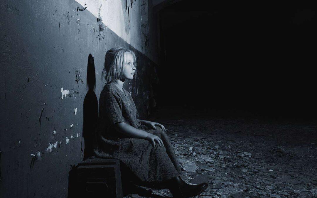 Paura della solitudine: perché nasce questo sentimento? La paura della solitudine è un sentimento che l'essere umano percepisce in maniera innata. Dentro di lui, il bisogno di essere accettato, di trovare persone simili e di far parte di qualcosa è fondamentale. Per questo motivo crea legami con gli individui che lo circondano.